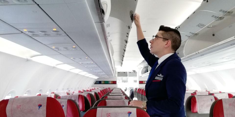 tripulante-de-cabina-de-pasajeros-azafata-aerocesna